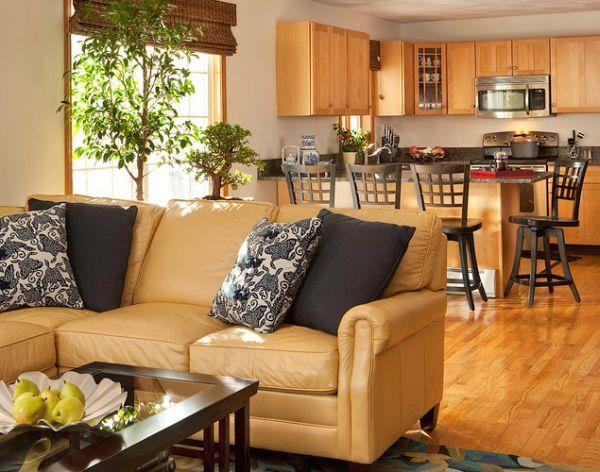 Lựa chọn màu sắc ghế sofa có gam màu be phù hợp với sàn gỗ và tủ bếp