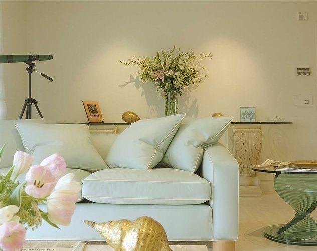 Lựa chọn ghế sofa pha màu sáng cho phòng khách tươi sáng